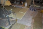 Процесс укладки пенопласта по слою ваты.